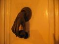Das kalte Händchen als Türklopfer